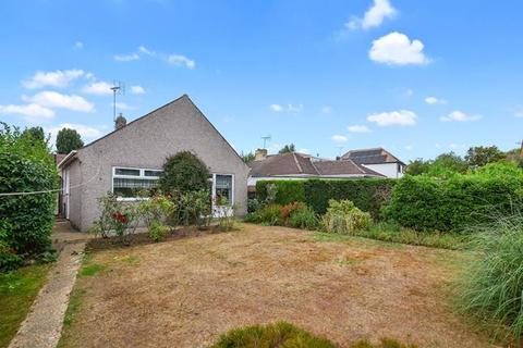 2 bedroom bungalow for sale - Harold Court Road, Romford, Greater London, RM3 0YU