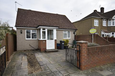2 bedroom detached house for sale - Parkfield Crescent, Feltham, Middlesex, TW13