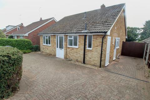 2 bedroom detached bungalow to rent - Greenfields Avenue, Alton