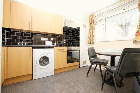 3 bedroom maisonette to rent - Portelet Road, London