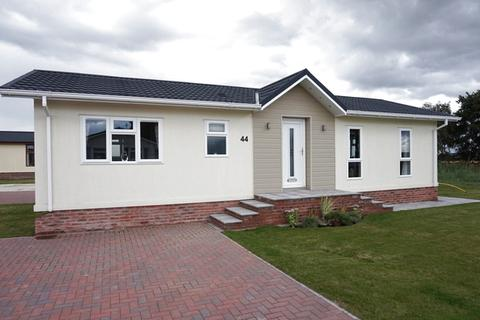 2 bedroom detached bungalow for sale - Tollerton Park, Tollerton Lane, Nottingham, NG12