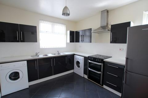 3 bedroom flat to rent - Dickenson Road