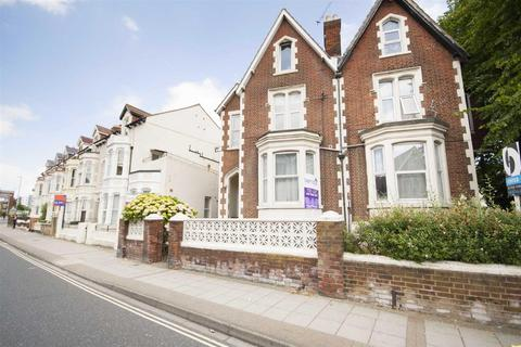 Studio to rent - Victoria Road North, Southsea