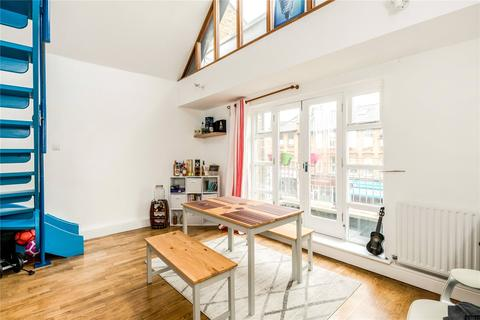 2 bedroom flat for sale - Cricketers Mews, 168 East Hill, London, SW18