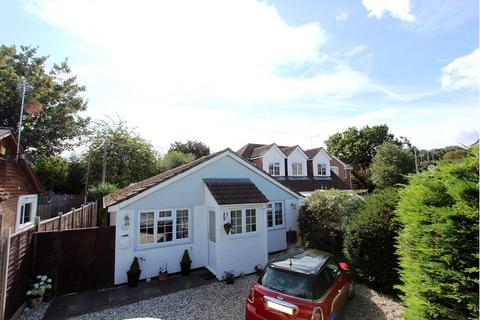 2 bedroom detached bungalow for sale - Park Walk, Purley on Thames, Reading, RG8