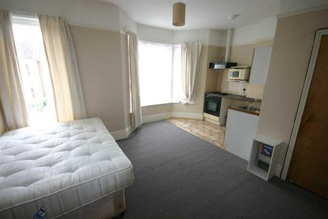 Studio to rent - Atherley Road, Southampton