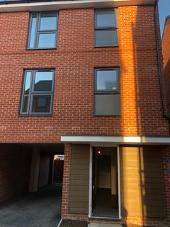 3 bedroom terraced house to rent - Grays RM17