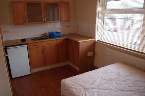 Studio to rent - Sherwood Street (£100 for bills exc electric)
