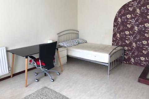 1 bedroom semi-detached house to rent - Student double room CV4 all bills included