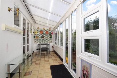 2 bedroom bungalow for sale - Hillview Avenue, Hornchurch, Essex