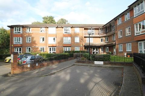 2 bedroom flat for sale - Beech Lodge, Farm Close, Staines-Upon-Thames, TW18