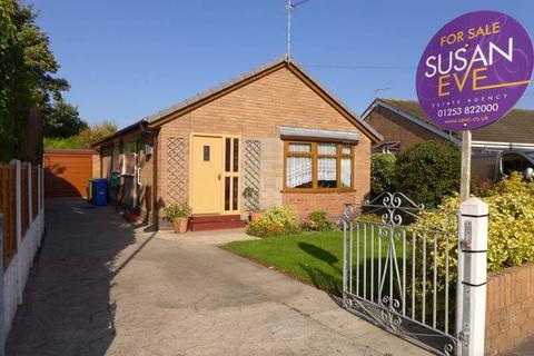 2 bedroom detached bungalow for sale - Lynwood Drive