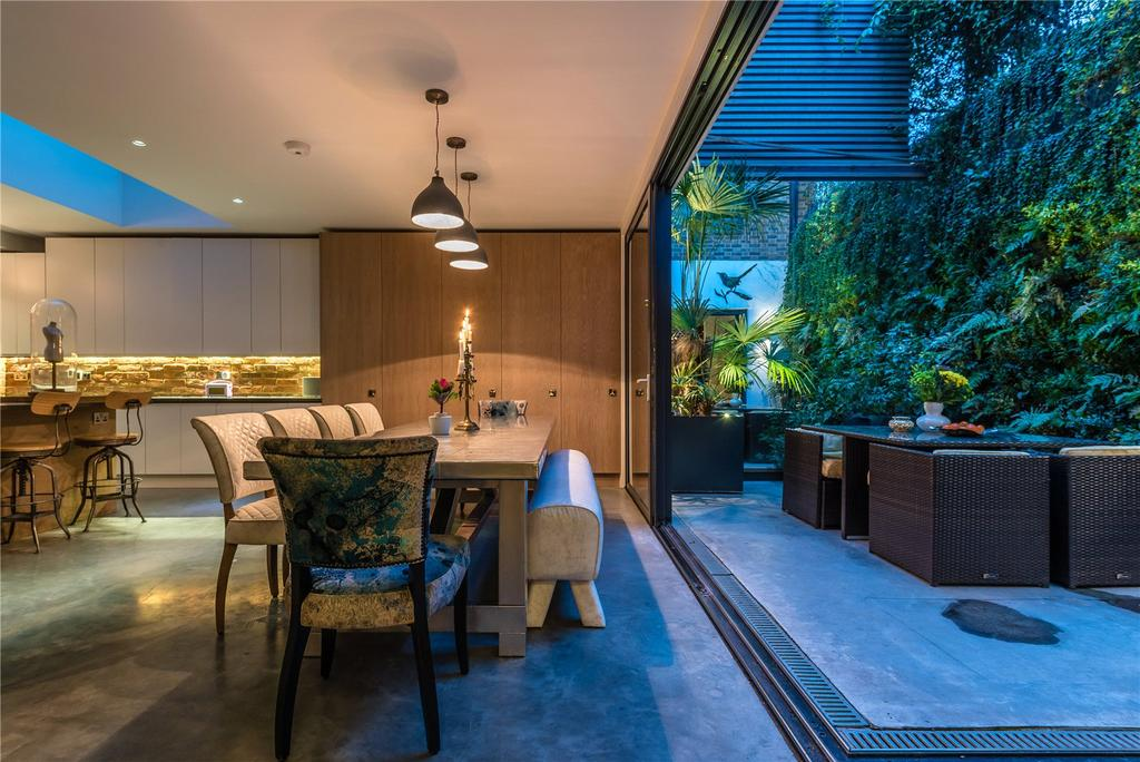 Dining/Courtyard