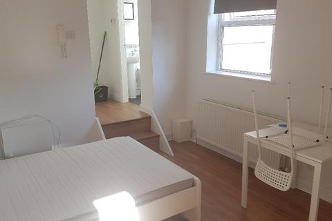 Studio to rent - Sandy Grove, Salford, M6 8QX
