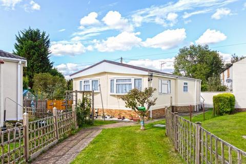 2 bedroom detached bungalow for sale - Court Farm Park, Warlingham, Surrey, CR6 9YA