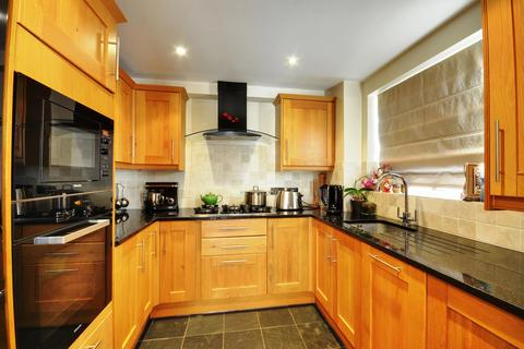 2 bedroom flat to rent - Aylsham Drive, Ickenham, Middlesex, UB10 8UH