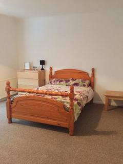 4 bedroom flat share to rent - Large room in shared property