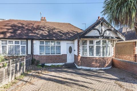 3 bedroom detached bungalow for sale - Cadbury Road, Sunbury-On-Thames, TW16