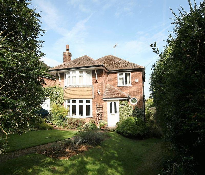 3 Bedrooms Detached House for sale in Hillary Road, Farnham