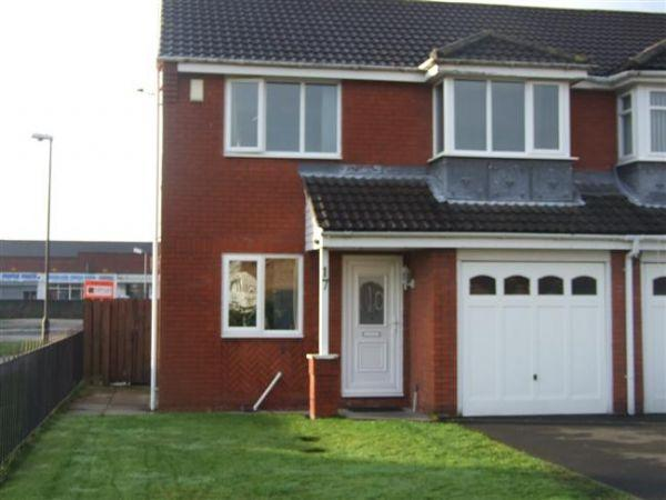 3 Bedrooms Semi Detached House for sale in Southfields, Dudley - Three Bedroom Semi Detached Property