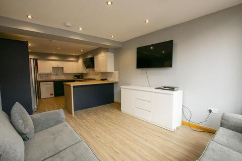 8 bedroom terraced house to rent - Raddlebarn Road, B29