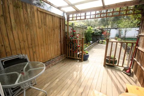 1 bedroom ground floor flat to rent - Bowness Crescent, London, SW15
