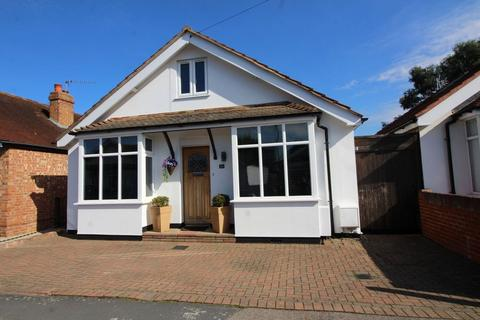 5 bedroom bungalow for sale - St Pauls Road, Staines Upon Thames, TW18