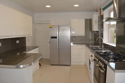 4 bedroom semi-detached house to rent - Fantastic high spec 4/5 Bedroom Terraced property.
