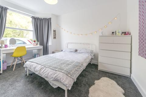 6 bedroom semi-detached house to rent - Kingswood Road  M14