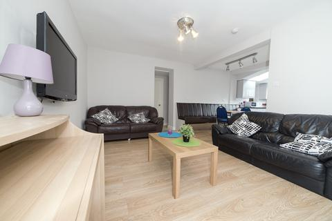 6 bedroom end of terrace house - Leighbrook Road  M14