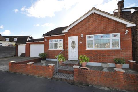 2 bedroom detached bungalow for sale - Danyon Close, Rainham, Essex, RM13