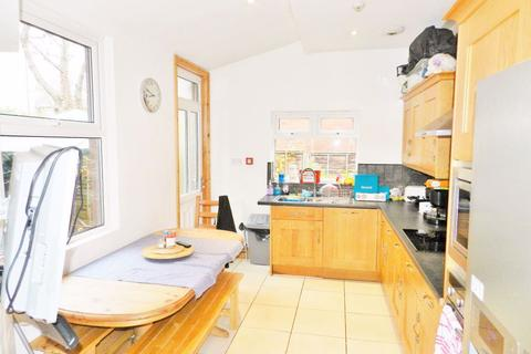 8 bedroom terraced house to rent - Estcourt Avenue, Headingley, LS6 3ES