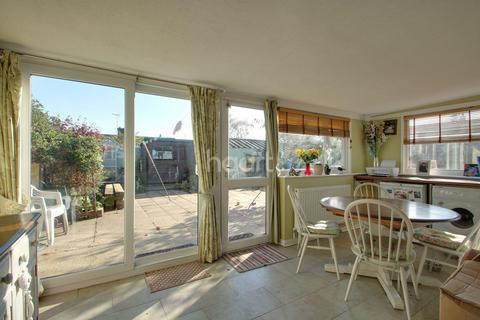 2 bedroom bungalow for sale - Vine Drive, Wivenhoe