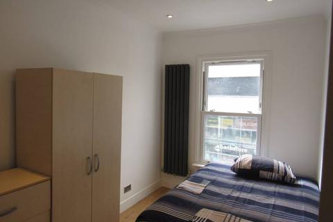 1 bedroom in a flat share to rent - High Road N12
