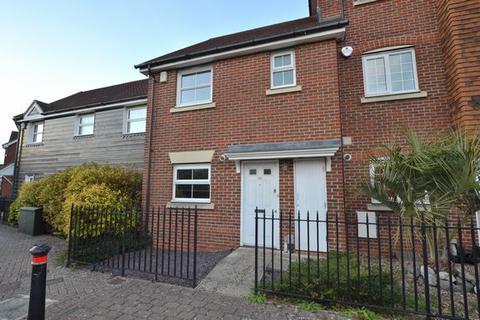 3 bedroom terraced house to rent - Giffard Lane, Fleet