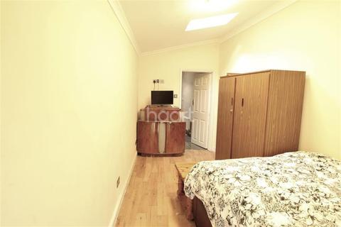 Studio to rent - Bertie Road, Willesden