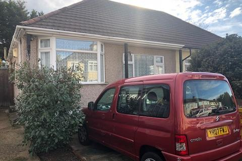2 bedroom bungalow for sale - Crescent Avenue Hornchurch Essex RM12 4ED