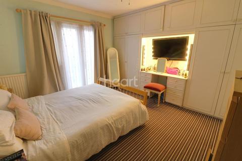 2 bedroom bungalow for sale - Ashley Avenue, Barkingside