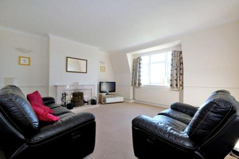 3 bedroom flat to rent - Royal Court, Queens Road, AB15