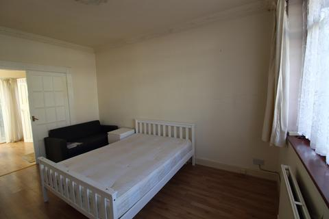 Studio to rent - Hampton Road, Ilford, Essex IG1