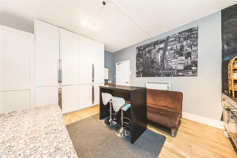 Studio to rent - 7 De Vere Gardens, W8