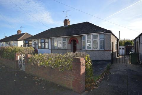 2 bedroom semi-detached bungalow for sale - Lincoln Avenue, Romford, RM7