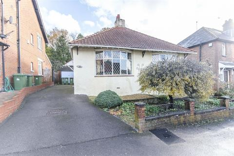 2 bedroom detached bungalow for sale - Monastery Road, Bitterne Park, Southampton, Hampshire