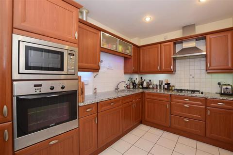 2 bedroom flat to rent - Wingfield Court Banstead SM7