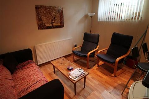 4 bedroom terraced house to rent - Harold Place, Hyde Park, Leeds, LS6 1PQ
