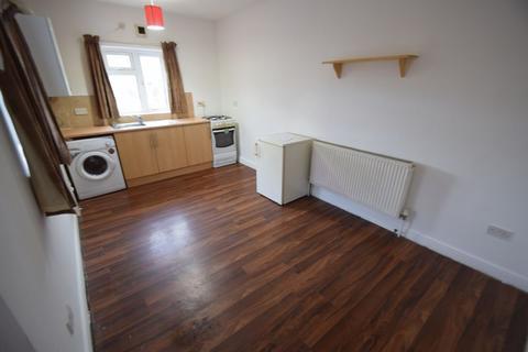 Studio to rent - High Street North, Dunstable