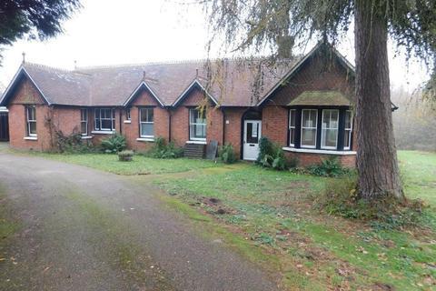 3 bedroom bungalow to rent - Mountfield, Robertsbridge, East Sussex, TN32 5JU