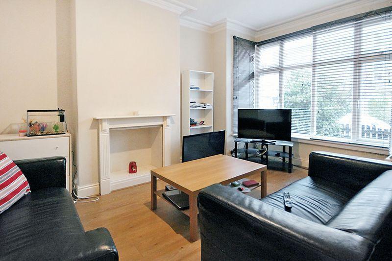5 Bedrooms Terraced House for rent in Newport Gardens, Hyde Park, LEEDS