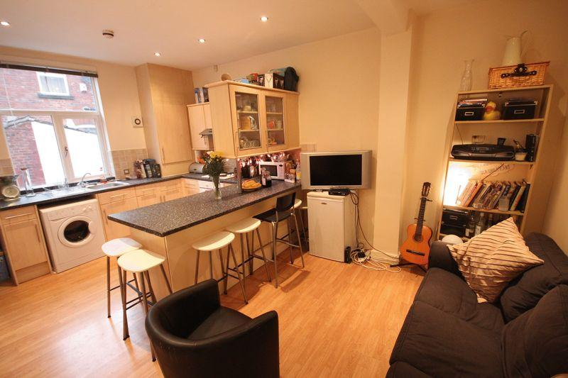 4 Bedrooms Terraced House for rent in Norwood Place, Hyde Park, Leeds
