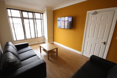 6 bedroom terraced house to rent - Manor Drive, Headingley
